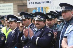 politist burtos aplaudand